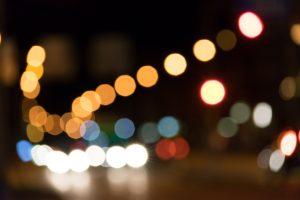 Joggen im Dunkeln im Verkehr